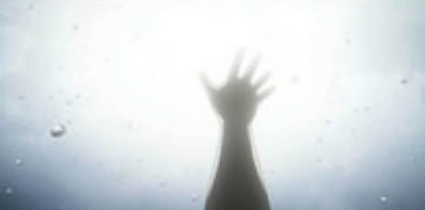 まゆりが空に向かって手を伸ばす